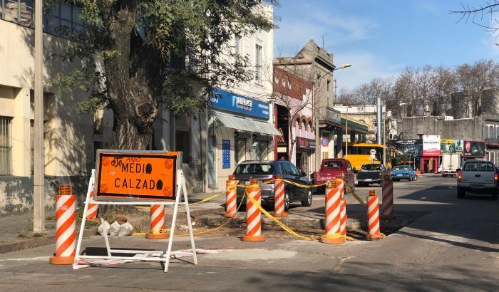 Trabajos de reparación de la red de saneamiento en calle Santa Fe.